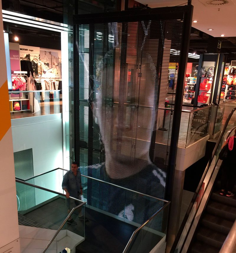 Pantalla-LED-transparente-Tienda-Oficial-Real-Madrid-1-LedDream